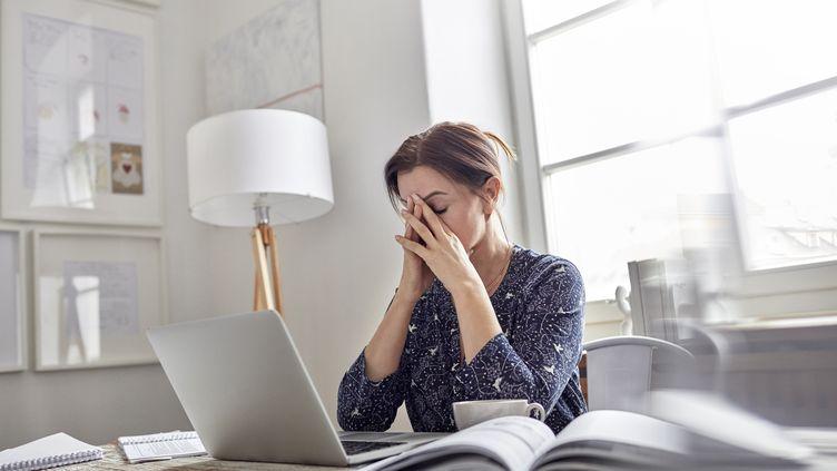Les Français qui estiment que leur qualité de vie s'est dégradée ont principalement entre 35 et 54ans et travaillent, selon cette étude. (RAFAL RODZOCH / CAIAIMAGE / GETTY IMAGES)