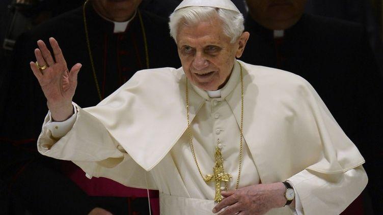 Le pape Benoît XVI salue la foule en arrivant à l'audience hebdomadaire le 13 février 2013 au Vatican. (FILIPPO MONTEFORTE / AFP)