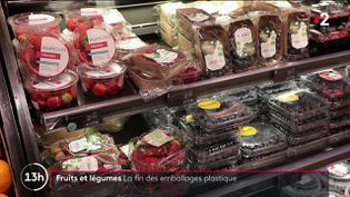 Àpartir du 1er janvier 2022, l'interdiction des emballages en plastique pour la majorité des fruits et légumes entrera en vigueur. Cette décision surprend et divise au sein des acheteurs. (CAPTURE ECRAN FRANCE 2)