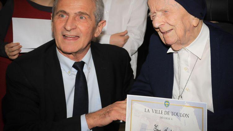 Lucile Randon, dite sœur André, aux côtés du maire de Toulon, Hubert Falco, en février 2019. (ANNABELLE LHUILLIER BONNAL / AFP)