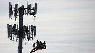 Des employés de Verizon travaillent sur une antenne de téléphonie mobile à Orem, dans l'Utah (Etats-Unis), le 10 décembre 2019. (GEORGE FREY / AFP)
