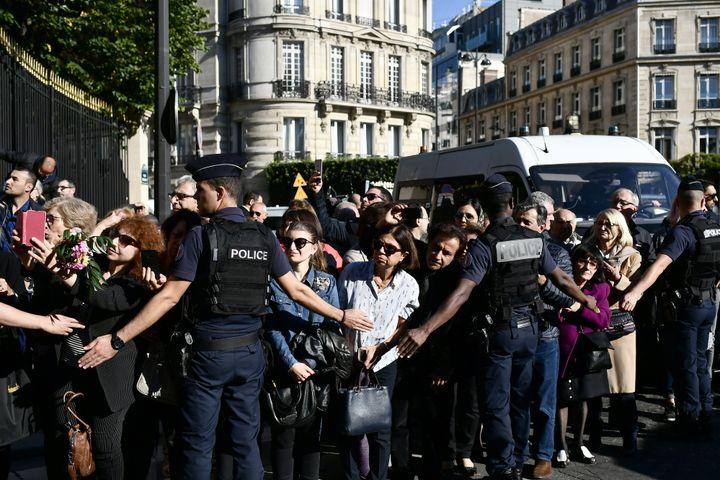 La foule était tenue à l'écart du cortège.  (Philippe LOPEZ / AFP)
