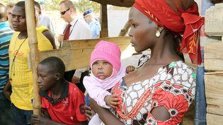 Une Nigériane et son bébé dans un camp de déplacés à Abuja, au Nigeria, en février 2016. (WOLFGANG KUMM / DPA)