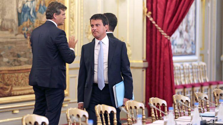 Le ministre de l'Intérieur, Manuel Valls, au palais de l'Elysée à Paris, pour le séminaire du gouvernement, le 19 août 2013. (REMY DE LA MAUVINIERE / AFP)