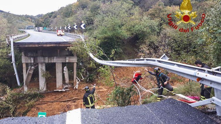 Un tronçon d'un viaduc autoroutier emporté par un glissement de terrain près de Savone, en Italie, le 24 novembre 2019, sur une photo fournie par les pompiers italiens. (VIGILI DEL FUOCO)