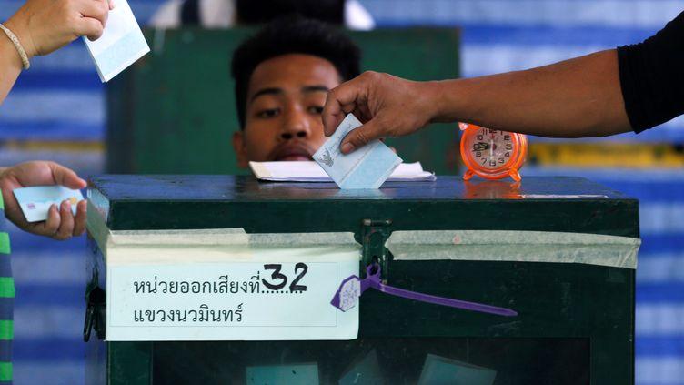 Des Thaïlandais participent à un référendum sur une nouvelle Constitution, le 7 août 2016 à Bangkok. (CHAIWAT SUBPRASOM / REUTERS)