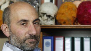 Le professeur Laurent Lantieri, spécialiste de la greffe et de la reconstruction du visage, le 1er avril 2010 dans son bureau de l'hôpital Henri-Mondor, à Créteil (Val-de-Marne). (FRANCOIS GUILLOT / AFP)