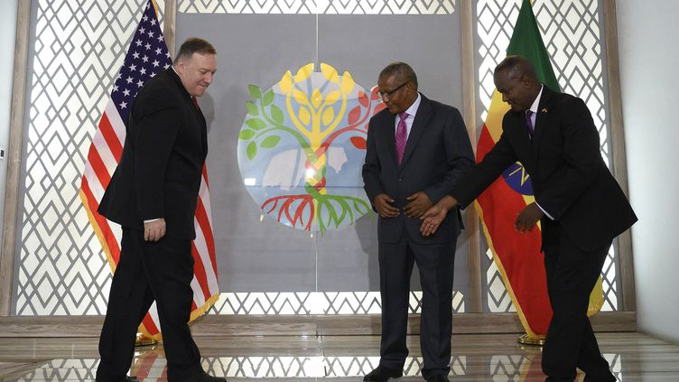 Le Secrétaire d'Etat américain, Mike Pompeo (G), lors de sa rencontre avec le ministre éthiopien des Affaires étrangères,Gedu Andargachew (au centre), à Addis Abeba, le 18 février 2020. (ANDREW CABALLERO-REYNOLDS/AP/SIPA / SIPA)