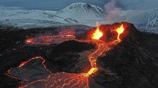 Une éruption volcanique en Islande le 28 mars 2021 (HALLDOR KOLBEINS / AFP)
