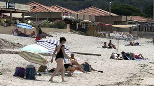 Des personnes sur une plage en Corse, le 25 juillet 2021. (PASCAL POCHARD-CASABIANCA / AFP)