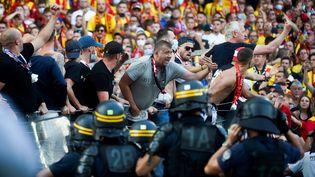 Supporters lensoiset lilloisse sont affrontés en marge du derby, le 18 septembre. (FRANCOIS LO PRESTI / AFP)