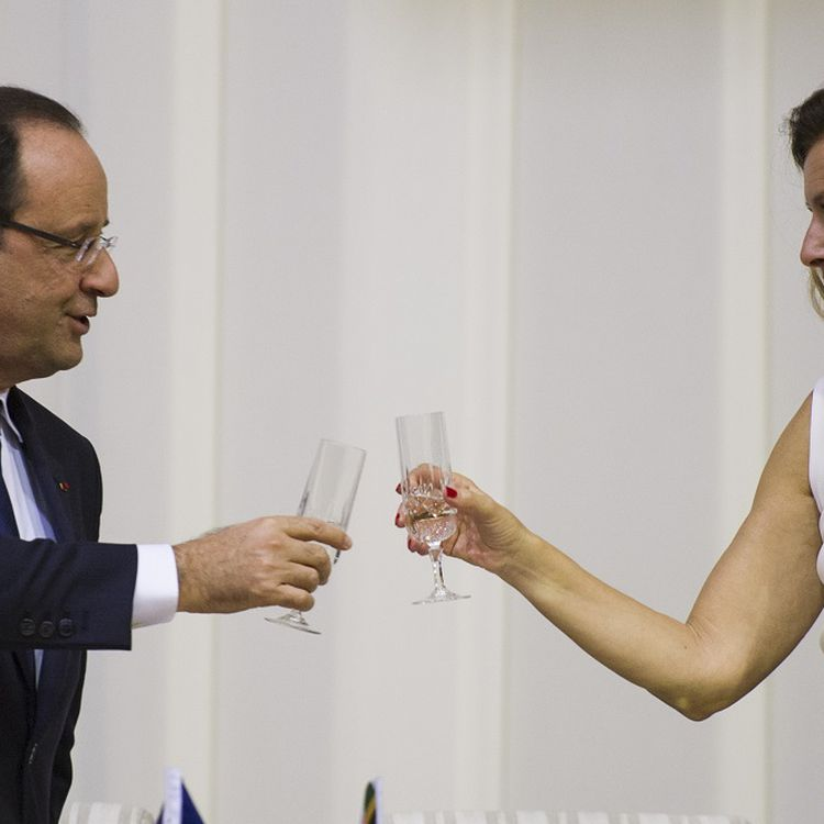 Le président François Hollande et sa compagne,Valérie Trierweiler, portent un toast durant un dîner d'Etat, à Pretoria (Afrique du Sud), le 14 octobre 2013. (FRED DUFOUR / AFP)