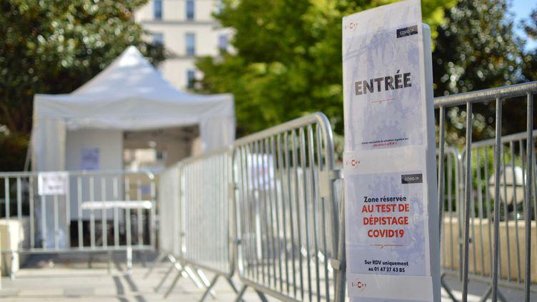 Test de dépistage au coronavirus (Covid-19), à la mairie de Clichy (Hauts-de-Seine), le 15 avril 2020. (VICTOR VASSEUR / FRANCEINFO)