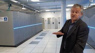 Alain Beuraud chef de projet du nouveau supercalculateur, devant l'une des machines à Météo France à Toulouse (Haute-Garonne), le 2 juin 2021. (PASCALE DANYEL / FRANCE-BLEU OCCITANIE / RADIO FRANCE)