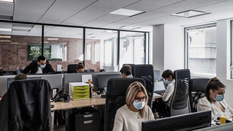 Des salariés portent des masques sur leur lieu de travail, à Lyon, le 1er septembre 2020. (JEFF PACHOUD / AFP)