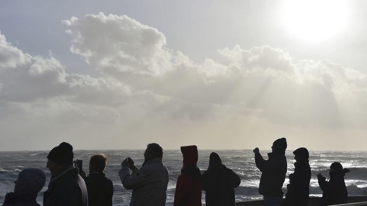 Des badauds se promènent aux Sables-d'Olonne (Vendée), le 9 février 2016. (LOIC VENANCE / AFP)