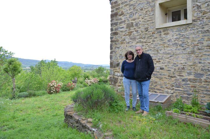 Annie et Georges Combes posent dans leur jardin, le 4 mai 2018, à Villetritouls (Aude). (YANN THOMPSON / FRANCEINFO)