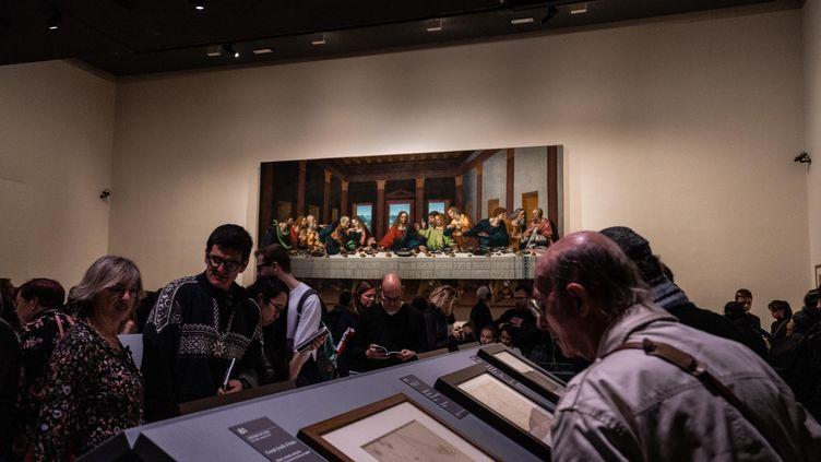 Des visiteurs à l'exposition De Vinci au Louvre, en décembre 2019. (TOM GRIMBERT / MAXPPP)