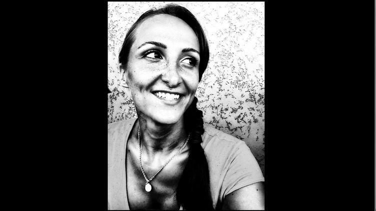Julie Douib, mère de deux enfants, a été abattue par arme à feu par son ex-conjoint. Il s'agit de la 30e femme, victime d'un compagnon, ex-compagnon ou petit ami, décédée depuis le 1er janvier 2019. (CAPTURE D'ÉCRAN FACEBOOK / FRANCEINFO)