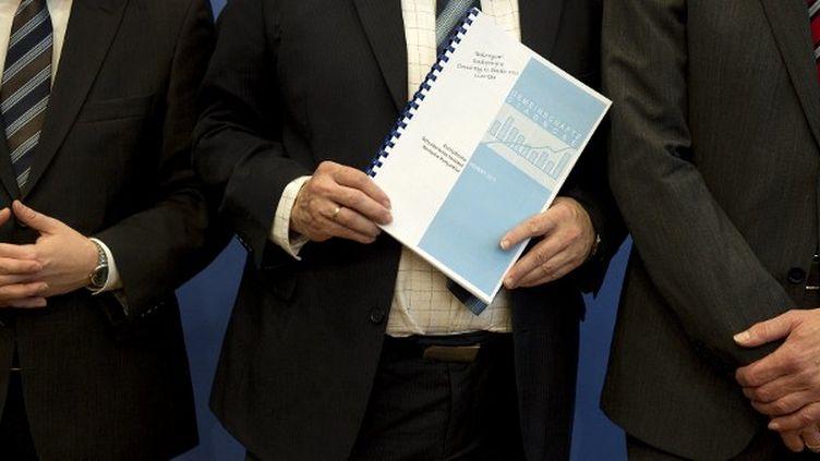Les auteurs du rapport sur l'état de l'économie mondiale et allemande posent à Berlin (Allemagne), le 13 octobre 2011. (ODD ANDERSEN / AFP)