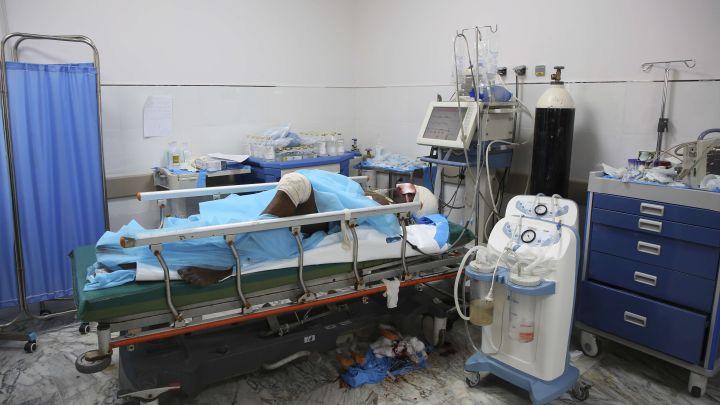 Une personne blessée après le raid aérien mené sur un centre de détention de migrants à Tripoli (Libye), le 3 juillet 2019. (HAZEM AHMED/AP/SIPA / AP)