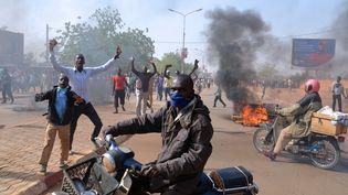 """Des manifestants défilent contre la publication d'une caricature de Mahomet dans l'hebdomadaire """"Charlie Hebdo"""", samedi 17 janvier 2015 à NIamey(Niger). (BOUREIMA HAMA / AFP)"""