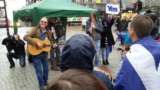 Le chanteur Dougie MacLean se produit devant des partisans de l'indépendance de l'Ecosse, le 15 septembre 2014, à Aberdeen (Ecosse,Royaume-Uni). (YANN THOMPSON / FRANCETV INFO)