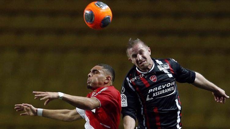 Kurzawa (Monaco) au duel avec Mater (Valenciennes) (VALERY HACHE / AFP)
