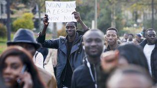 Une manifestation contre l'esclavage en Libye, le 18 novembre 2017, à Paris. (GEOFFROY VAN DER HASSELT / AFP)