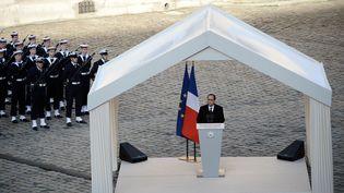 François Hollande rend hommage aux soldats français tués lors d'un crash en Espagne, le 3 février 2015 aux Invalides (Paris). (STEPHANE DE SAKUTIN / AFP)