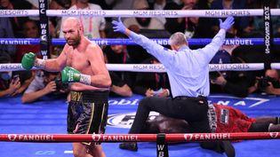 Tyson Fury a conservé son titre de champion WBC des poids lourds en battantl'Américain Deontay Wilder par KO lors de leur troisième affrontement, le 10 octobre 2021 à Las Vegas. (ROBYN BECK / AFP)