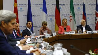 Le secrétaire d'Etat américain, John Kerry, à gauche,assiste à une séance plénière dans le bâtiment des Nations unies à Vienne, en Autriche, le 14 juillet 2015. (LEONHARD FOEGER / REUTERS)