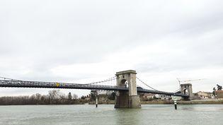 Le pont suspenduentre Andance (Ardèche) et Andancette (Drôme). (LAURIANE DELANOË / RADIO FRANCE)