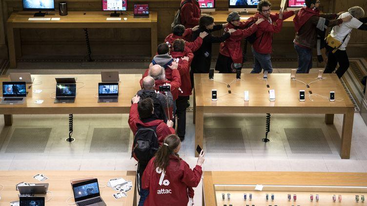 Des militants de l'association Attac avaient occupé le magasin Apple du quartier Opéra à Paris, le 2 décembre 2017. (CHRISTOPHE ARCHAMBAULT / AFP)