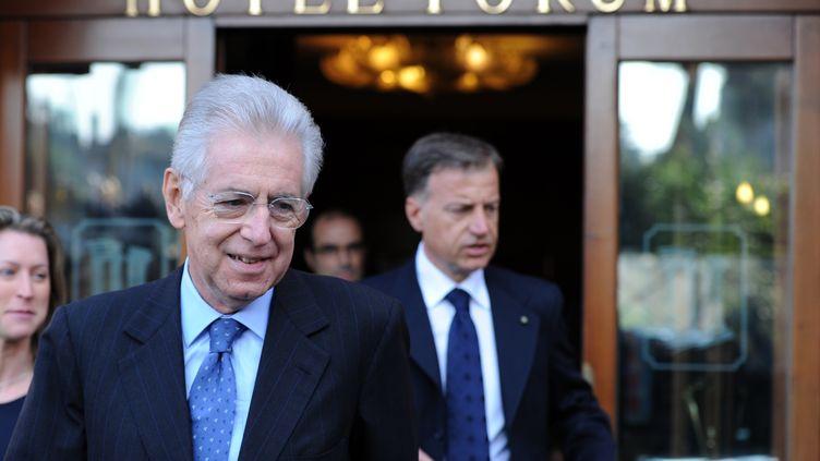 L'ex-commissaire européen Mario Monti quitte son hôtel, le 13 novembre 2011 à Rome. (GABRIEL BOUYS / AFP PHOTO)
