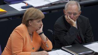 Angela Merkel et son ministre des Finances, Wolfgang Schäuble, lors d'une réunion au Parlement allemand, le 19 juillet 2012. (THOMAS PETER / REUTERS)