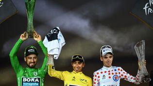 Peter Sagan, Egan Bernal et Romain Bardet sur le podium du Tour de France à l'arrivée sur les Champs-Elysées, dimanche 28 juillet à Paris. (MARCO BERTORELLO / AFP)