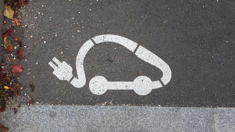 Pictogrammed'unevoiture électrique sur un emplacement dédié à ce type de véhicule qui peut y être rechargé. (FRANCE INFO / RADIO FRANCE)