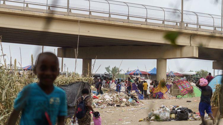 Des migrans dans un campement de fortune à Del Rio, au Texas (Etats-Unis), le 21 septembre 2021. (PAUL RATJE / AFP)