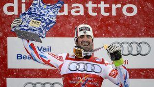 Jean-Baptiste Grange brandit sa médaille d'or après son titre de champion du monde de slalom, le 15 février 2015, à Beaver Creek (Colorado). (FABRICE COFFRINI / AFP)