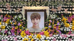 Kim Jong-Hyun, mort le 18 décembre 2017, était le leader du boysband SHINee. Une sorte d'autel mortuaire a été dressé à l'hôpital de Séoul où son corps a été transporté hier.  (CHOI Hyuk / pool / AFP)