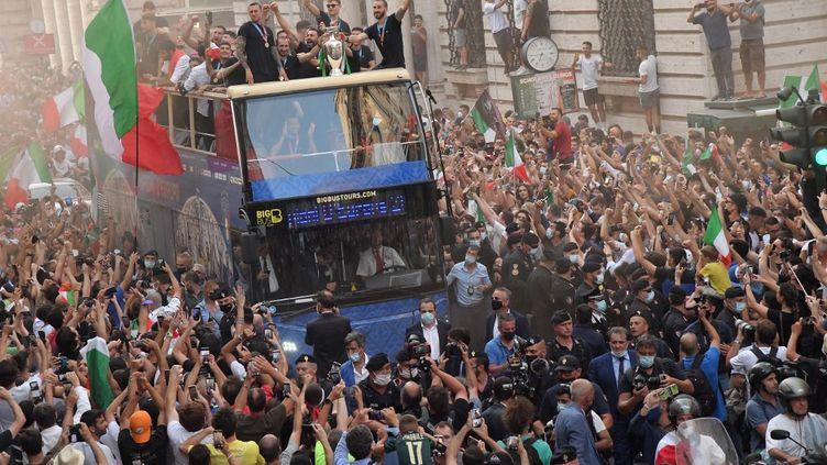L'équipe d'Italie est acclamée par ses fans dans les rues de Rome, le 12 juillet 2021, lors de son retour au pays. (TIZIANA FABI / AFP)