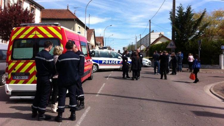 Des policiers et des pompiers devant les locaux de Radio Latitude, où un animateur a été pris en otage, jeudi 17 avril 2014, à Pont-Sainte-Marie (Aube). (TIPHAINE LE ROUX / FRANCE 3 CHAMPAGNE-ARDENNE)