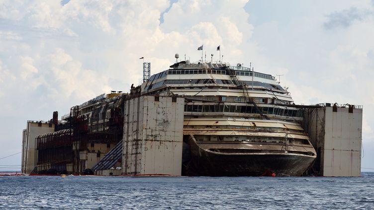 "L'épave du ""Costa Concordia"", le 21 juillet 2014. (TIZIANA FABI / AFP)"