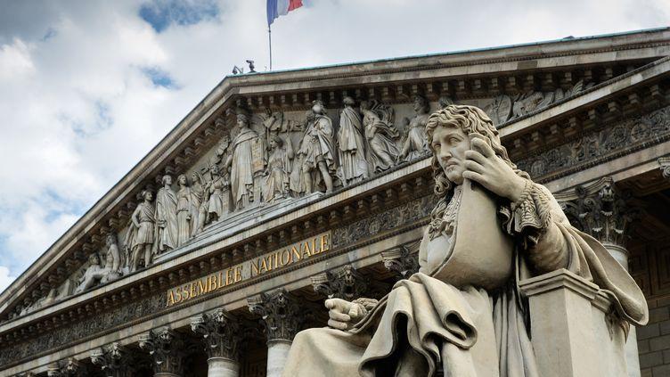La statue de Colbert, ministre de Louis XIV etauteur du code noir, un recueil de textes juridiques régissant l'esclavage dans les colonies françaises, devant l'Assemblée nationale, le 11 juin 2020. (JOEL SAGET / AFP)