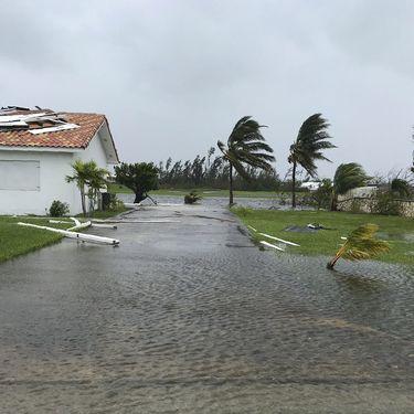 Des débris flottent après le passage de l'ouragan Dorian à Freeport, sur Grand Bahama, le 3 septembre 2019. (YASMIN RIGBY / AFP)