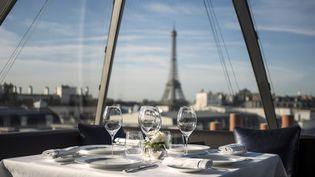 Une table dans le restaurant de l'hôtelPeninsula Paris, à Paris, le 21 août 2014. (FRED DUFOUR / AFP)