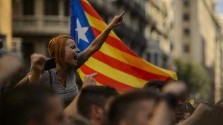 Une manifestante réclamant l'indépendance de la Catalogne, à Barcelone (Espagne), le 1er octobre 2017. (CITIZENSIDE/PABLO LASAOSA / CITIZENSIDE / AFP)