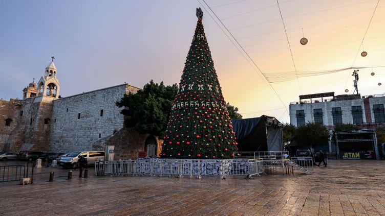 Vue de l'arbre de Noël à Bethléem, dans les Territoires palestiniens, le 5 décembre 2020. (EMMANUEL DUNAND / AFP)