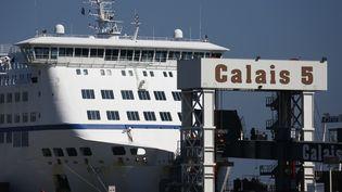 """Le ferry """"Le Rodin"""", exploité parMyFerryLink, le 30 juin 2015, dans le port de Calais (Pas-de-Calais). (VINCENT KESSLER / REUTERS)"""